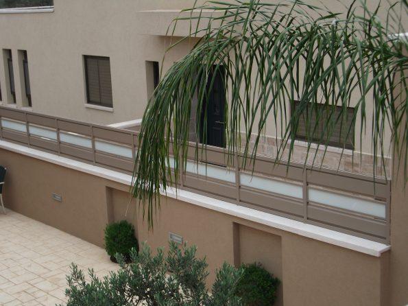 """גדר אלומיניום בשילוב פסי זכוכית – מחיר למ""""ר דגם 4"""