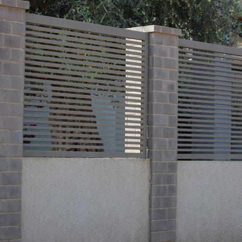 גדרות-גדר הייטק במסגרת על בטון