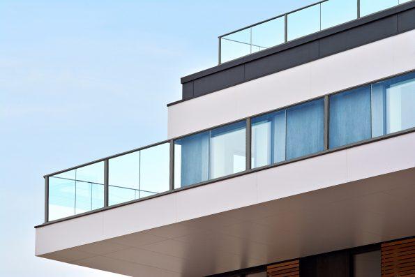 """מעקה זכוכית למרפסת דגם קבלני – מחיר למ""""ר דגם 2"""