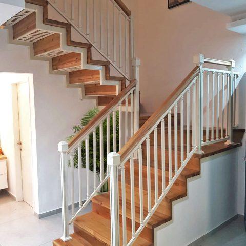 """מעקה מדרגות עם מאחז עץ - מחיר למ""""א"""