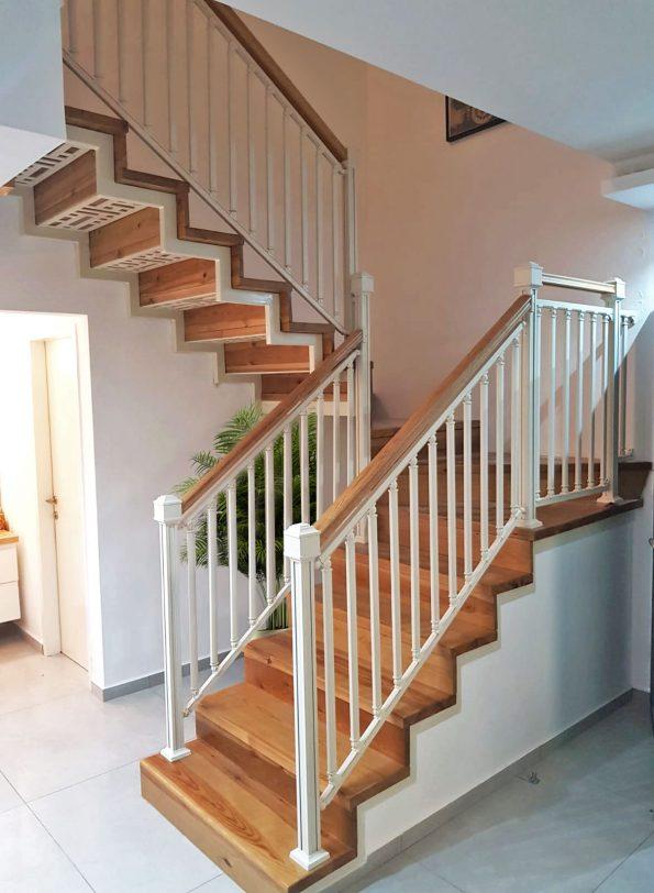 מעקה מדרגות עם מאחז עץ – מחיר למטר רץ דגם 1