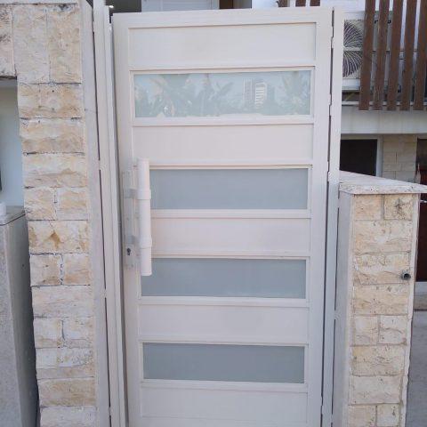 שערים-שער אלומיניום אטום משולב פסי זכוכית - דגם 1