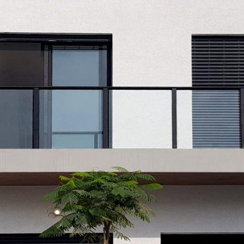 מעקות-מעקה זכוכית למרפסת דגם קבלני