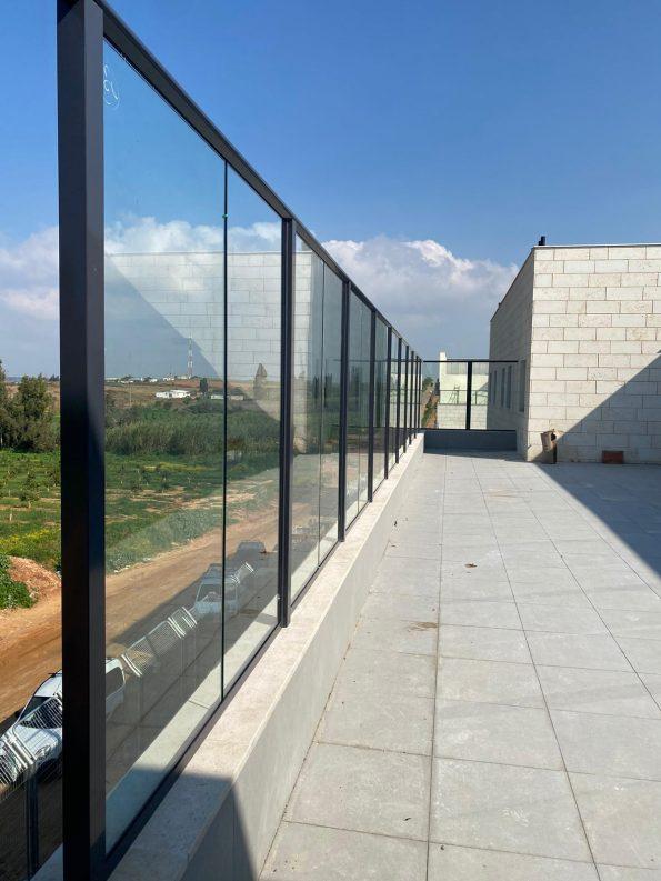 """מעקה זכוכית למרפסת דגם קבלני – מחיר למ""""ר דגם 3"""