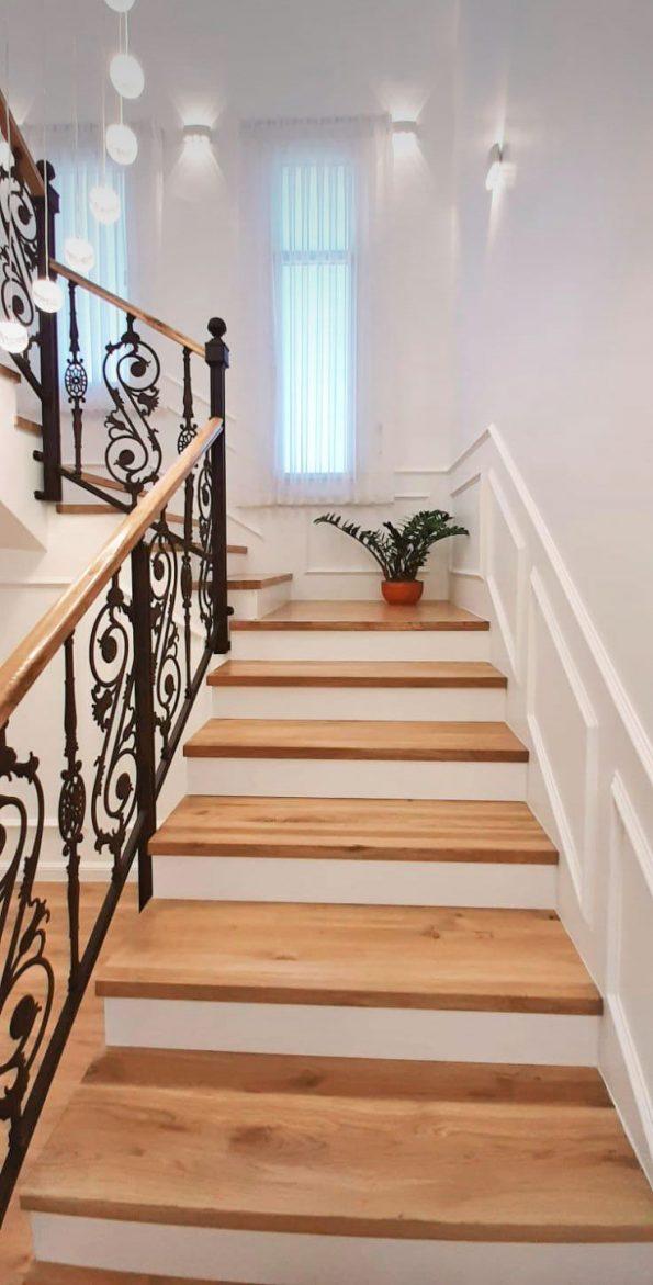 מעקה מדרגות עם מאחז עץ – מחיר למטר רץ דגם 2